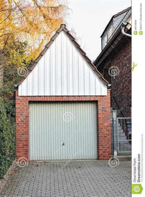 kleine garage kleine garage die door rode bakstenen wordt gemaakt stock