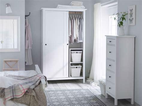 Ein Schlafzimmer in traditionellem Weiß u. a. mit HEMNES