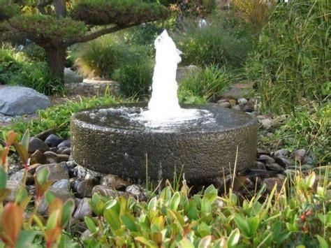 garten mit quellstein gestalten die 25 besten ideen zu springbrunnen auf