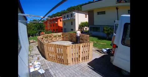 Construction Avec Des Palettes En Bois 2298 by Avec Des Palettes De Bois Il Veut Fabriquer Une Piscine
