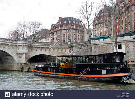 house boat france houseboat on seine river paris stock photos houseboat on seine river paris stock images alamy