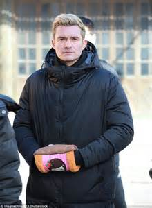 orlando bloom smart chase orlando bloom keeps cosy on smart chase fire earth set