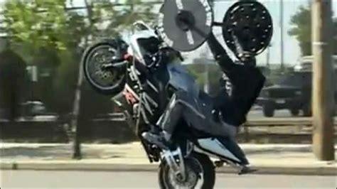 bench press wheelie これはマッチョ バイクでウィリーしながらウェイトリフティングする男の動画 dna