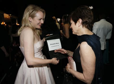 elisabeth moss mom emmys elisabeth moss brings mom thanks her after winning
