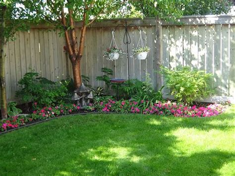 backyard flower beds 25 best ideas about small backyard landscaping on