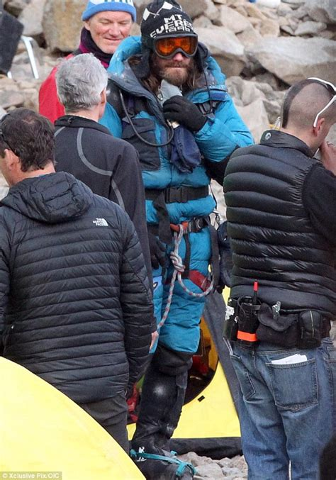 film everest rame ga jake gyllenhaal dons climbing suit hat and goggles for
