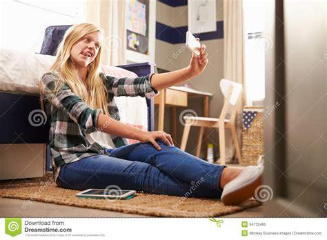 jeux de dans sa chambre fille prenant le selfie dans sa chambre 224 coucher photo