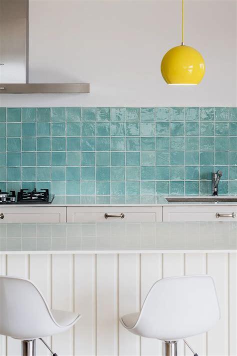 detalle de una cocina  baldosas azules cocinas