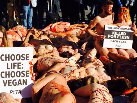ragazzi nudi in doccia londra nudi in piazza per il vegan day photogallery