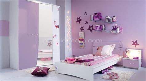 chambre fille parme et moderne et murs en bleu clair dans la chambre de fille