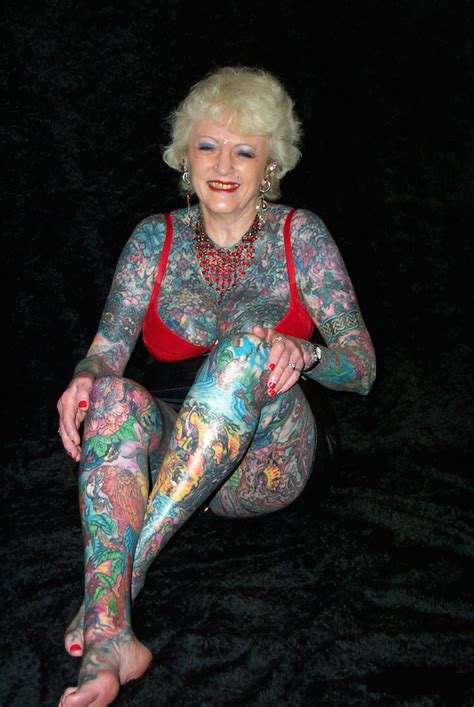 full body tattoo old woman pinotte sans rire un tatouage est 233 ternel