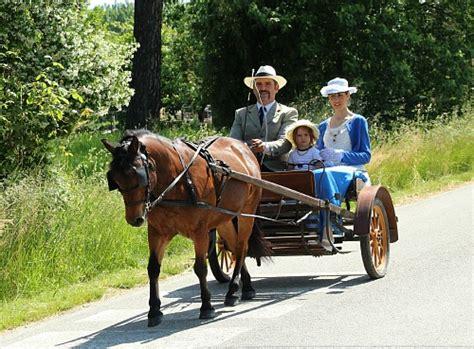 Cavalli Carrozze - carrozze cavalli artisti pony insieme alla chiesa di