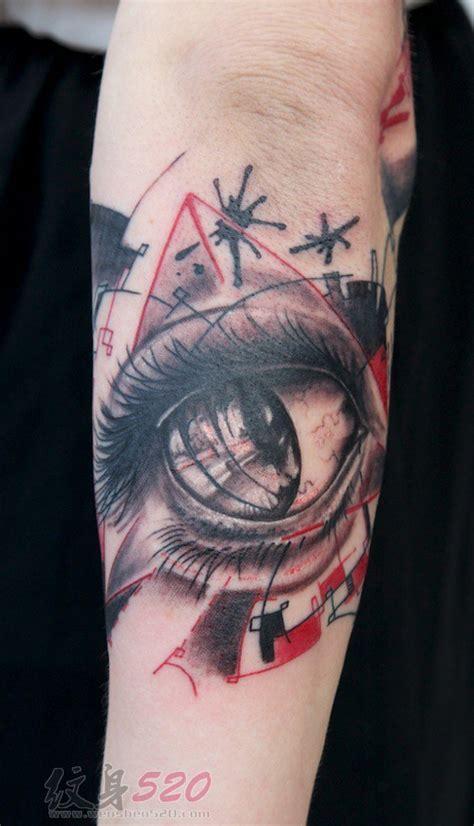 男生手臂上黑灰素描创意唯美眼睛纹身图片