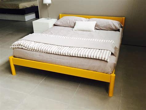 letti matrimoniali in legno letto matrimoniale in legno colore giallo senape 80