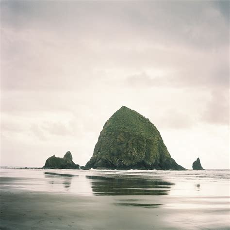 haystack rock in cannon beach oregon entouriste