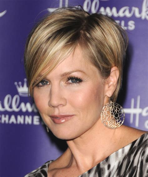 Jennie Garth Short Straight Formal Hairstyle with Side