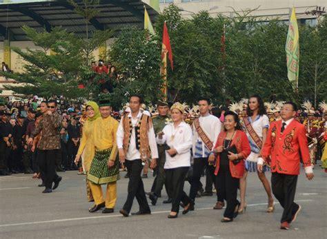 Segiempat Rumbai Dayak 24 gunakan busana adat dayak presiden jokowi hadiri karnaval