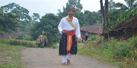 Baju Adat Flores kung cecer pusat tarian caci dan kerangkuk alu di flores kompas