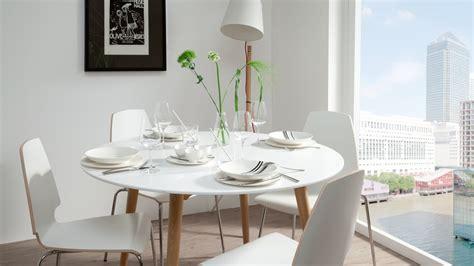 witte ronde eettafel kleine of smalle kamer ga voor een ronde eettafel westwing