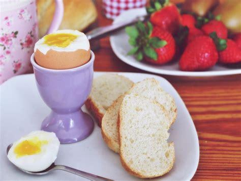 come cucinare un uovo sodo perfetto come fare un perfetto uovo alla coque la forchetta d argento