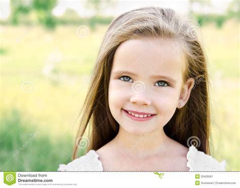 pre image fille de sourire mignonne sur le pr 233 image stock