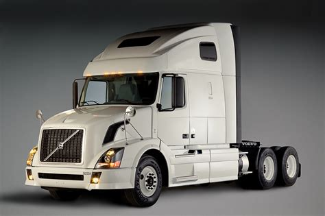 volvo commercial trucks penske orders 600 volvo trucks autoevolution