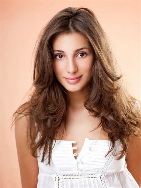 rambut bergelombang cocok sebagai model rambut  wajah lonjong model rambut pendek panjang
