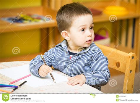 les vanit礬s dans l dessin de gar 231 on de petit enfant avec les crayons color 233 s