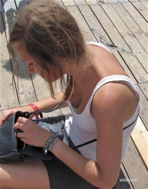 Free Accidental Braless Downblouse Pictures Gallery | braless downblouse street candids
