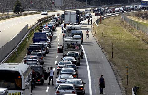 Motorradversicherung A2 by Stau Ostern Osterstau Osterverkehr Autobahn Strasse