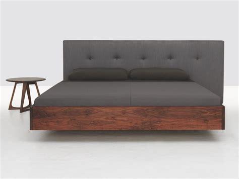 Doppelbett aus Holz mit Polsterkopfteil SIMPLE BUTTON by