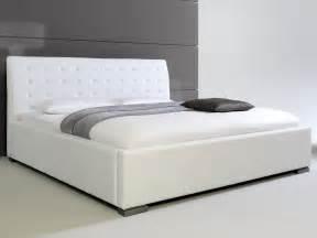 lit design blanc avec tete de lit matelassee izac 200x200 cm