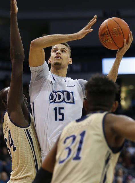Fau Vs Fiu Mba by Trey Porter Adds A Special Splash To Odu S Rout On Senior