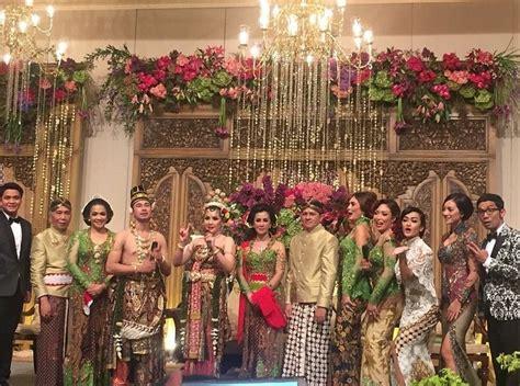 raffi ahmad gandeng nagita slavina di pernikahan fachri albar foto kemeriahan resepsi pernikahan raffi ahmad dan nagita