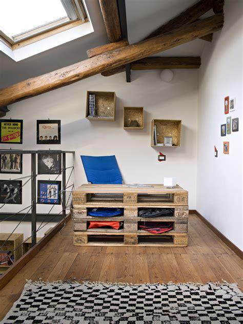 mobili con materiale di riciclo arredare la mansarda con materiali di riciclo casa luce