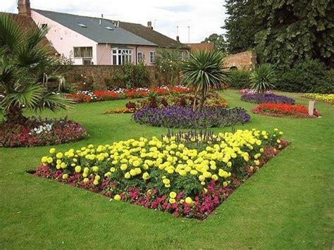 aiuole giardino aiuole fioriere come creare delle aiuole