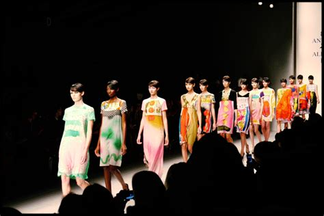 Topshop Creates A Social Catwalk For London Fashion Week fashion show gifs find amp share on giphy