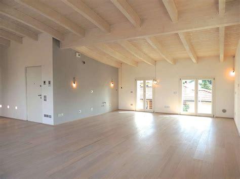 soffitto a travi soffitto travi legno vista illuminazione travi di legno