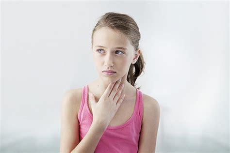 febbre e mal di testa forte capelli bagnati e mal di gola