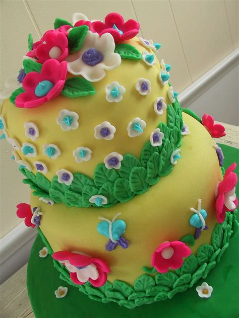 Cake Decorating Fondant Flowers by Flower Fondant Cake The Twisted Sifter
