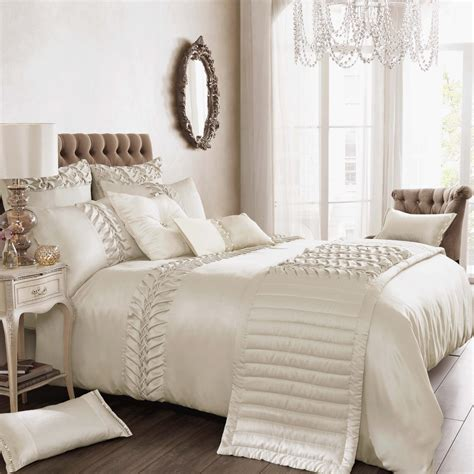 Bedroom Linen Sets | things to keep in mind while buying luxury bedding sets