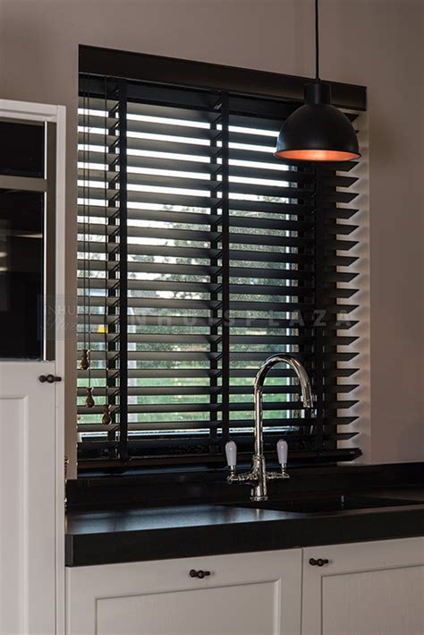 horizontale jaloezieen hout zwart houten jaloezie 50 mm op maat stel nu samen inhuis plaza