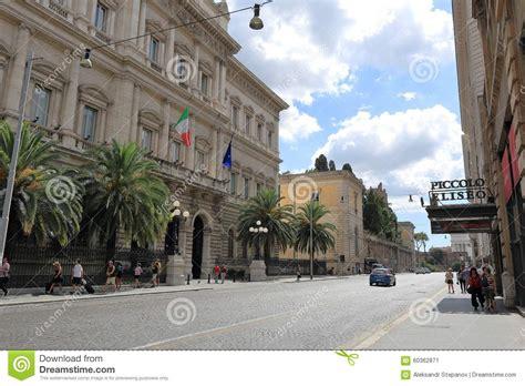d italia via nazionale 91 volkeren en auto s op straat via nationale in rome