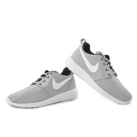 Nike Roshe Run Wolf Grey Cyber Sepatu Olahraga Pria Sneakers Premium nike roshe run grey wakawakasports