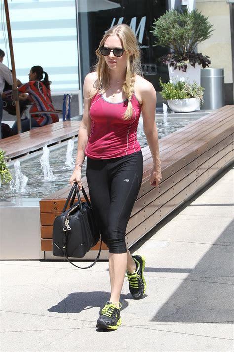 amanda seyfried yoga amanda seyfried in tight sports outfit showing pokies