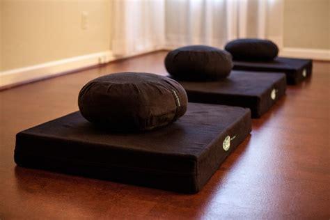cuscino per meditazione il cuscino per la meditazione gedun tharchin meditare