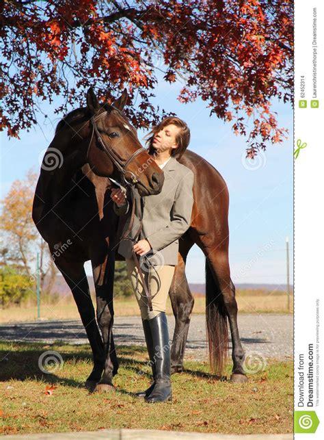 donna bionda con il cavallo immagine stock immagine donna con il cavallo di brown nella caduta fotografia