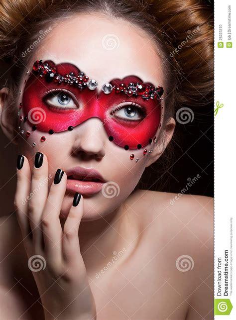 Masker Tiff by Geschilderd Gezicht Mooi Meisje In Het Rode Masker