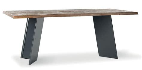 tavoli in legno massiccio tavolo rustico in legno massiccio base in metallo idfdesign