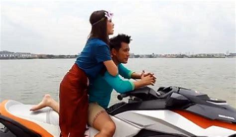 Gadis Pantai Soft Cover gambar romantik maembong dan shah iskandar beriadah di pantai pelbagaimacam